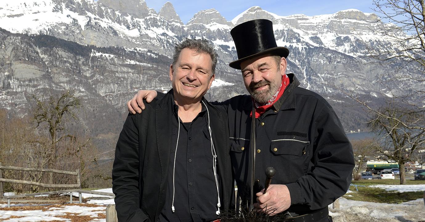 Hans Gubser als Kaminfeger mit DeinAdieu-Autor Martin Schuppli