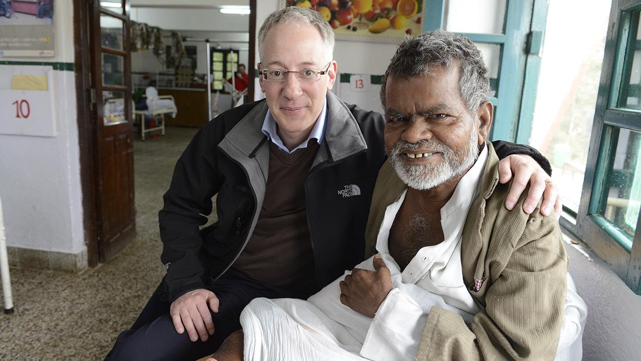 Markus Freudiger, Geschäftsleiter der Lepra-Mission Schweiz mit krankem Mann