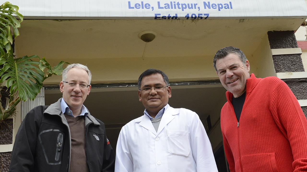 Markus Freudiger zusammen mit «Fenster zum Sonntag»-Moderator Ruedi Josuran (r.) bei einem Besuch im nepalesischen Spital Anandaban.