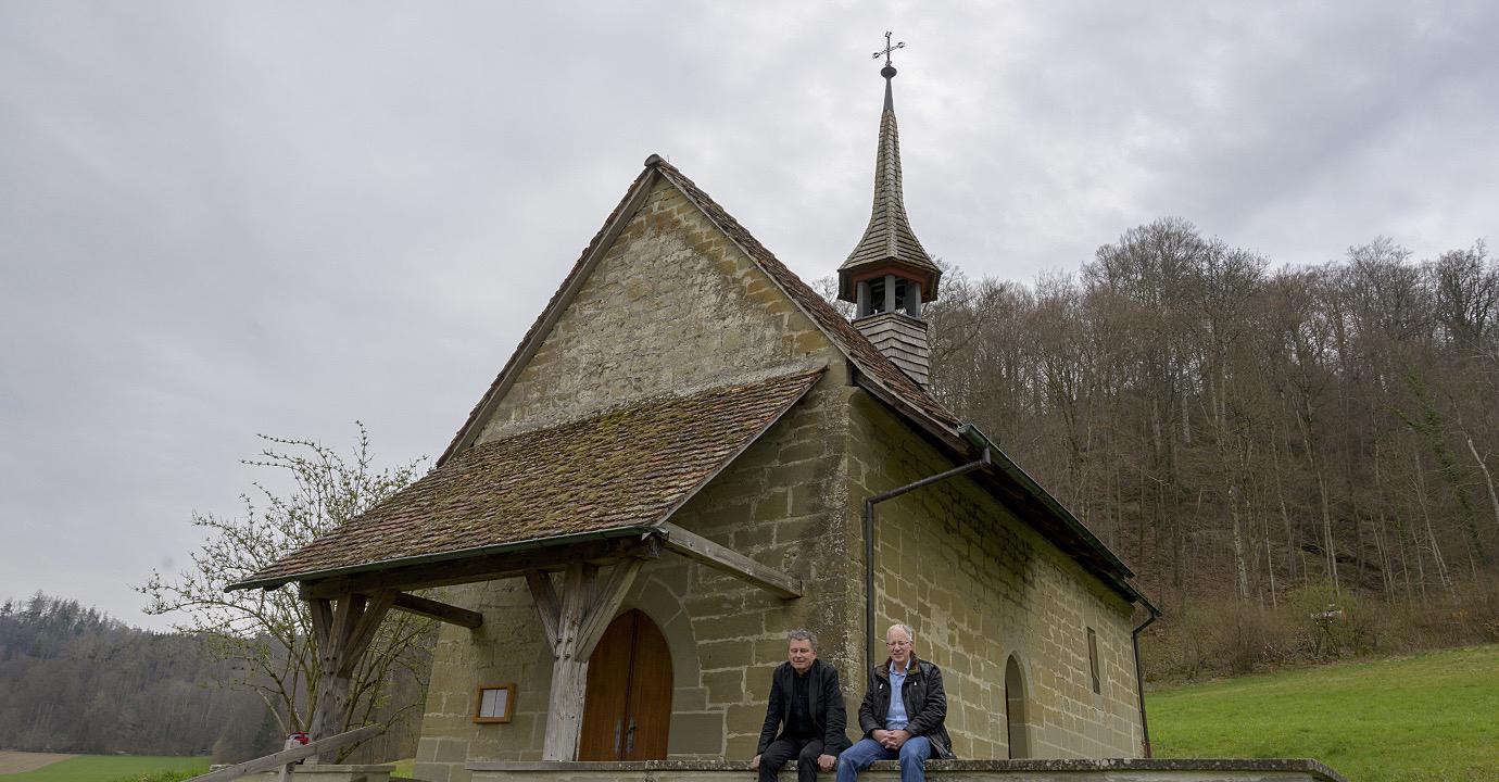 Markus Freudiger, Geschäftsleiter der Lepra-Mission Schweiz mit DeinAdieu-Autor Martin Schuppli vor der Bartholomäus-Kapelle bei Burgdorf BE