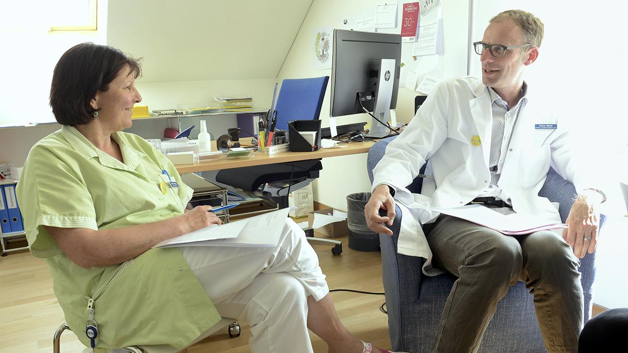 Sterben: Dr. med. Markus Minder, Chefarzt Geriatrie und Palliative Care im Gespräch mit Pflegefachfrau Carmen Kissling. Die beiden leiten die Palliativstation Villa Sonnenberg.
