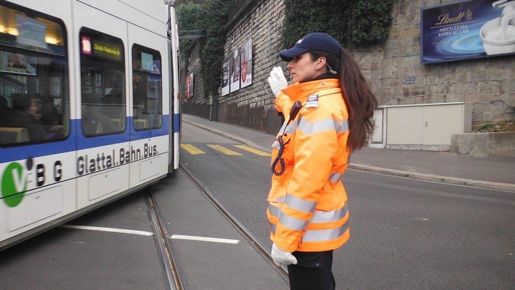 Schwere Geburt, Ivana D'Addario als Verkehrspolizistin