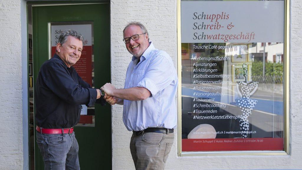 Theologe Karsten Risseeuw im Gespraech mit Martin Schuppli