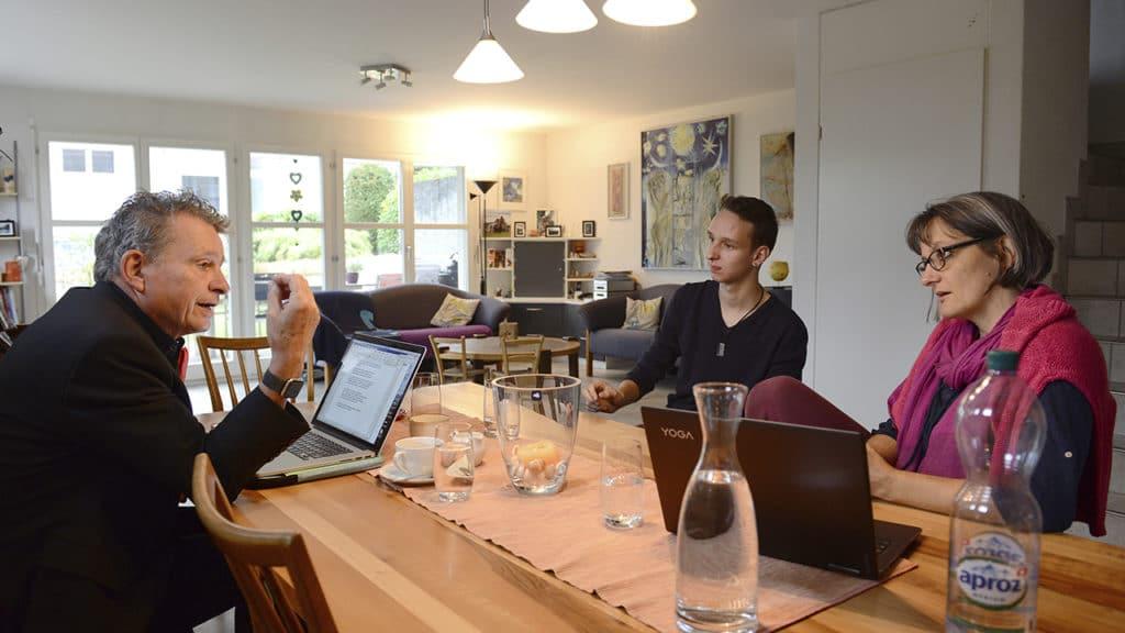 DeinAdieu-Autor Martin Schuppli (l.) diskutiert mit Fabian und Corina Bürgi-Feld, Hausärztin