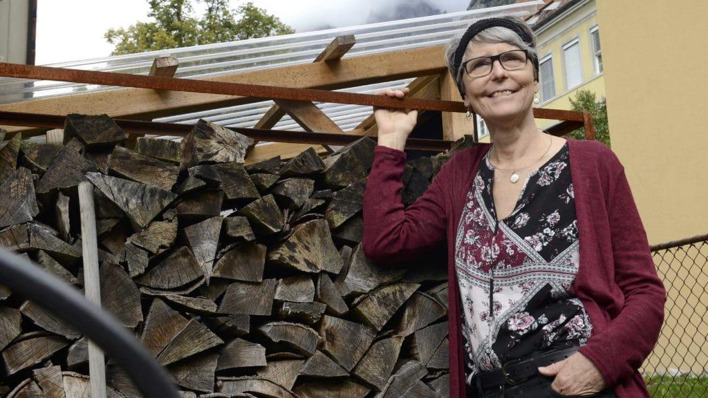 Irene Zeller steht vor einer Holzbeige in Walenstadt