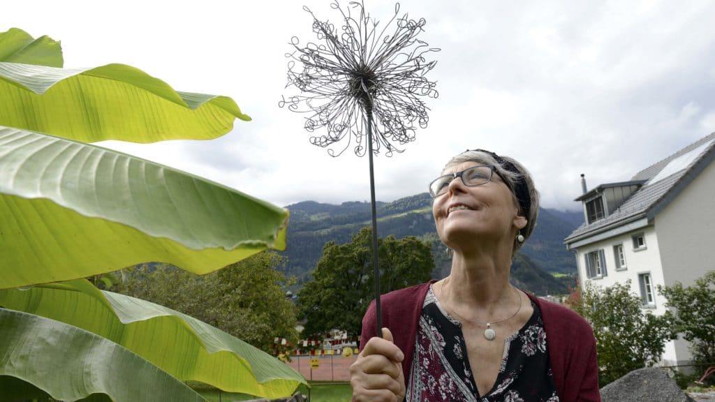 Irene Zeller mit ihrer Pusteblume aus Draht