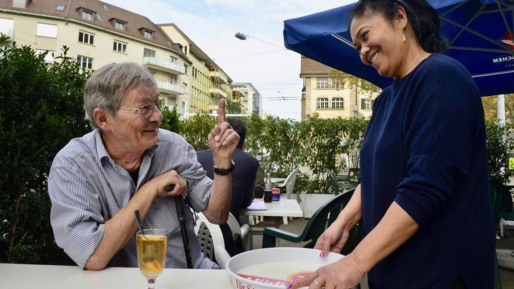 Schmerzpatient Ruedi Rohr mit Servicefachfrau Wendy.