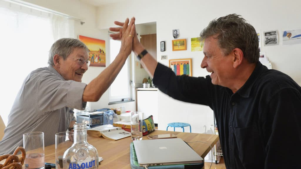 Schmerzpatient Ruedi Rohr und Martin Schuppli klatschen ab