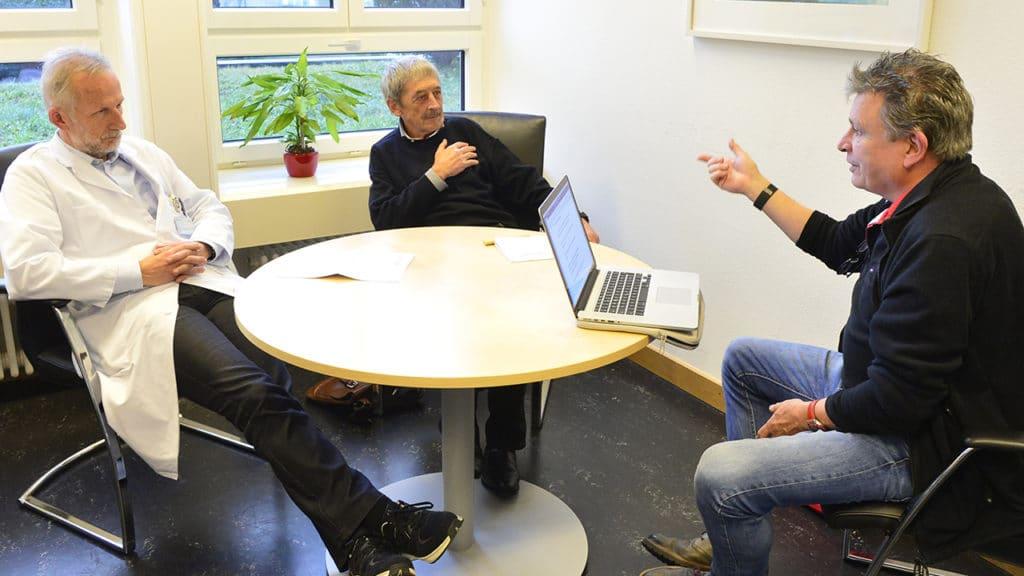 Dr. med. Roland Kunz im Gespräch mit DeinAdieu-Autor Martin Schuppli (Foto: Bruno Torricelli, 15. Dezember 2018).