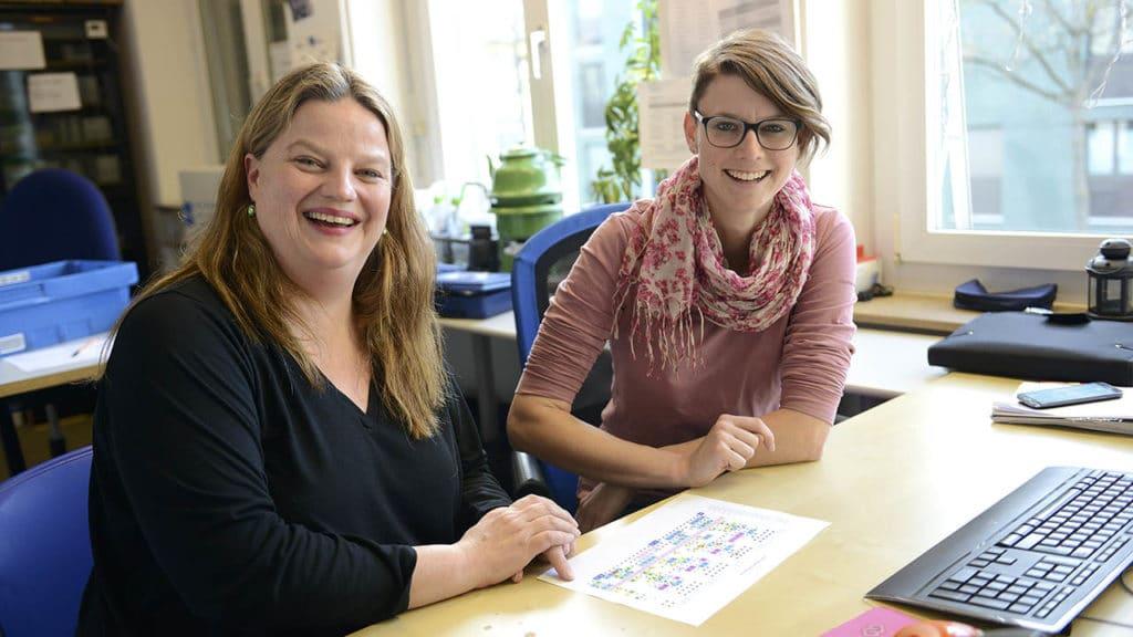 Ilona Schmidt mit Pflegefachfrau Nadja Inderkum (r.)