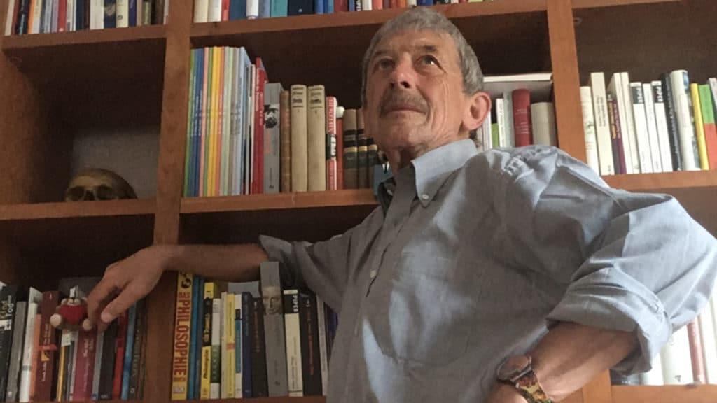 Corona-Lockerung: Alois Birbaumer in seiner Bibliothek