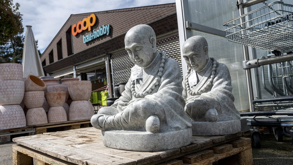 Corona-Lockerung: Buddha-Figuren im Gartencenter