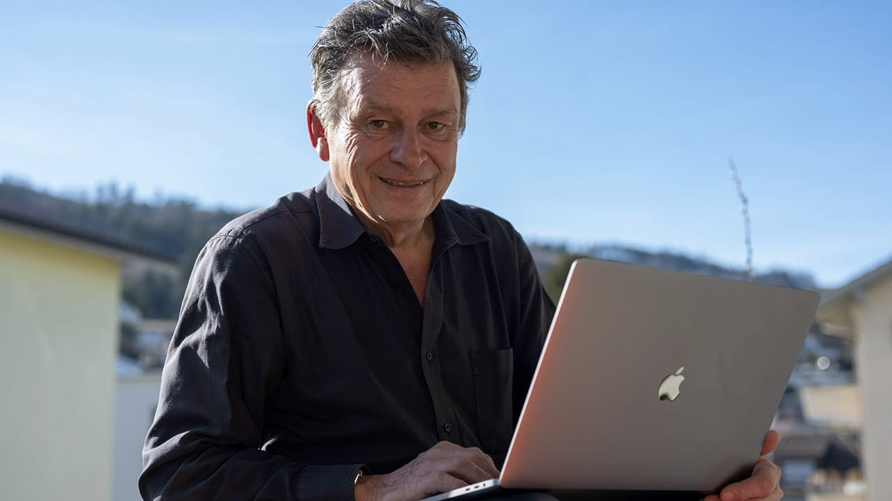 Corona-Zeit Martin Schuppli mit Notebook