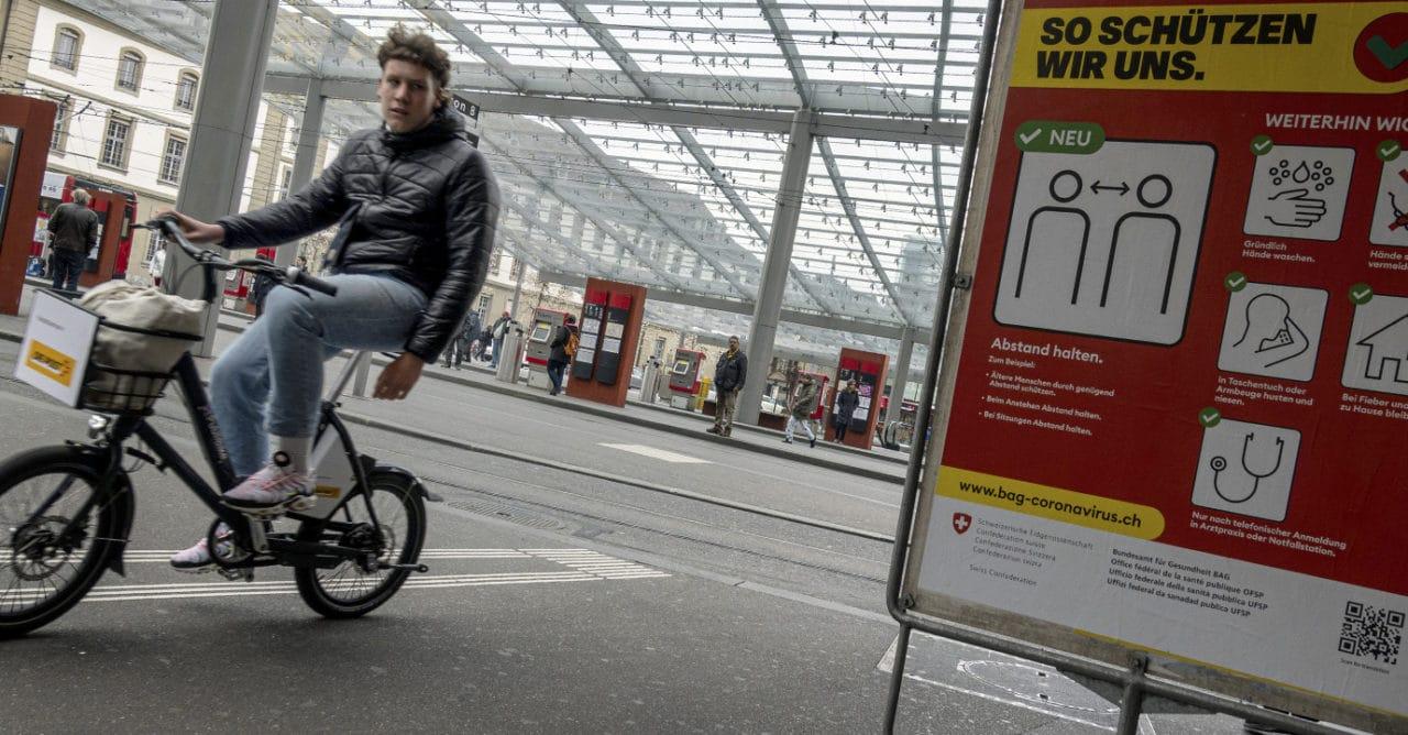 Corona-Zeit: junger Mann fährt mit dem Velo Lebenmittel durch die Stadt Bern