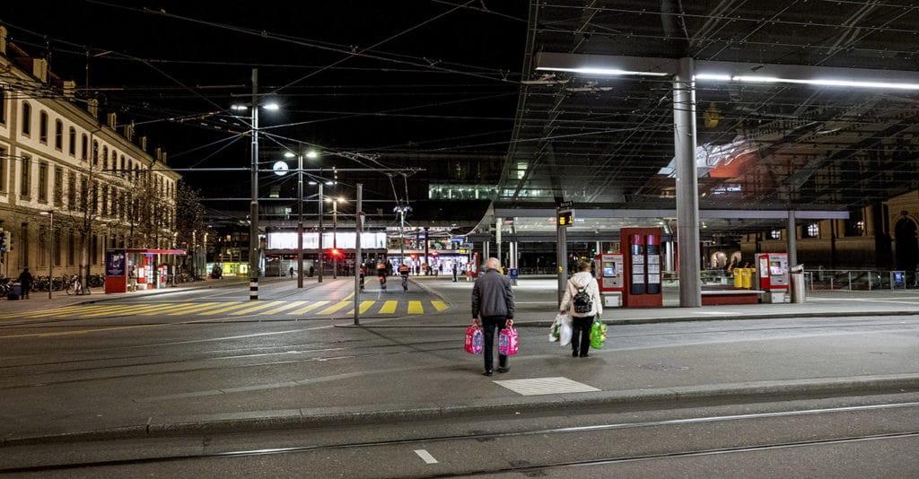Corona-Zeit: Paar überquert leeren Berner Bahnhofoplatz