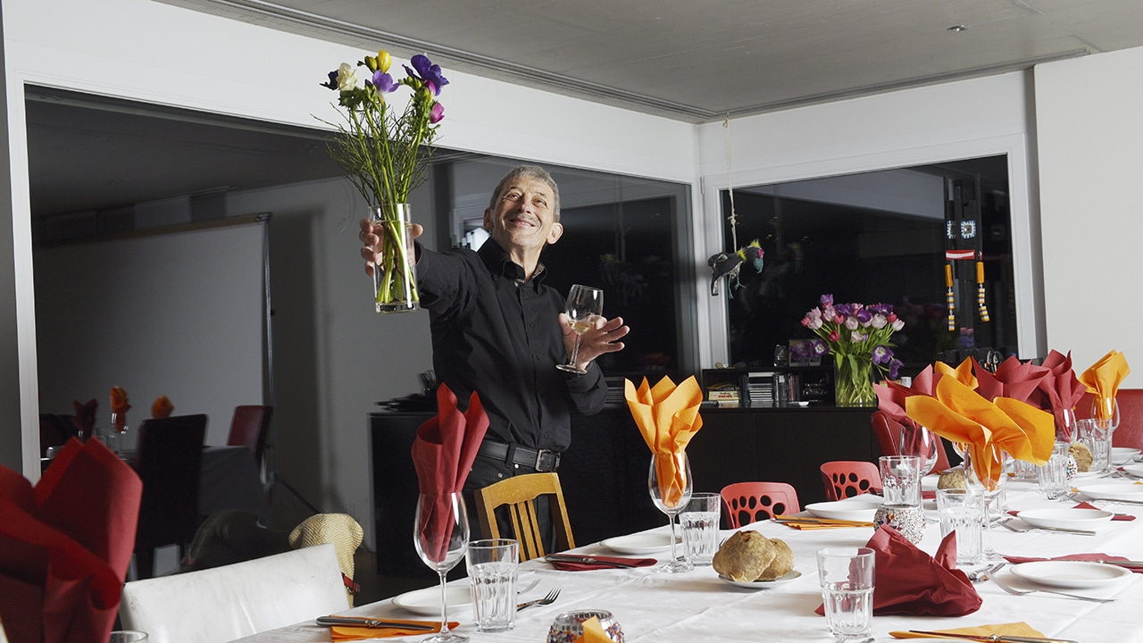 Alois Birbaumer mit Blumenstrauss an festlicher Tafel