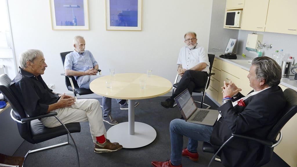 Sterben lernen. Gespräch über das selbstbestimmte Sterben am runden Tisch: Alois Birbaumer, Roland Kunz, Heinz Rüegger und Martin Schuppli (v.l.).